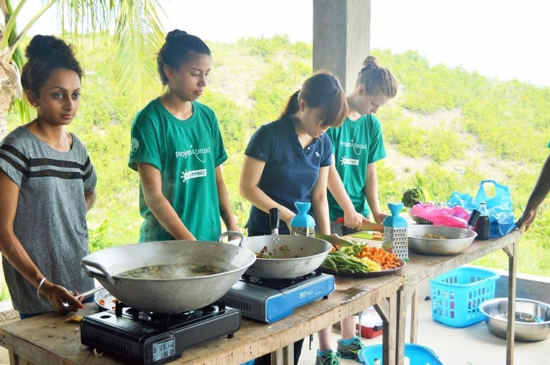 フィリピンの人々に健康的な食材を使った料理教室を行う公衆衛生インターンたち
